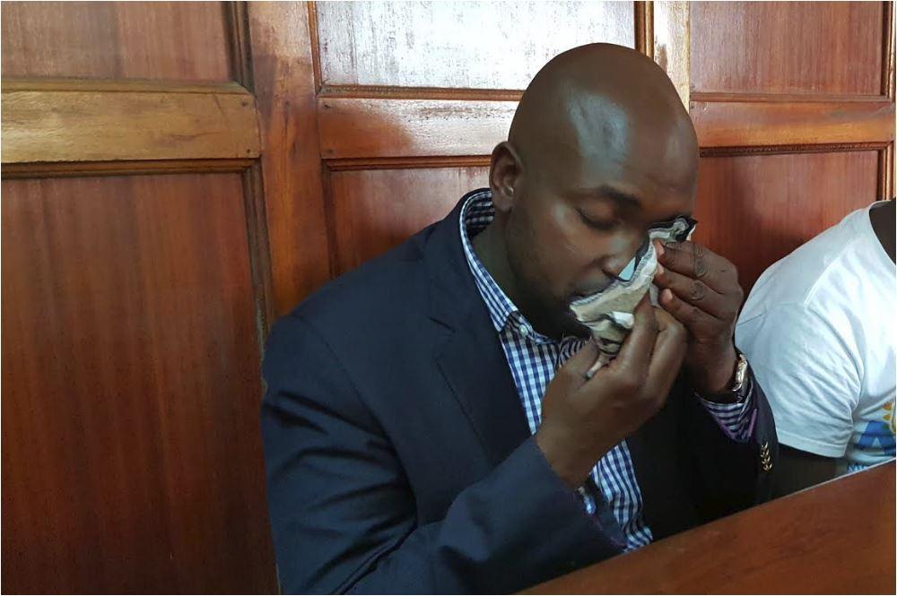 Mwanahabari abubujikwa na machozi baada ya kuponea kusukumwa ndani