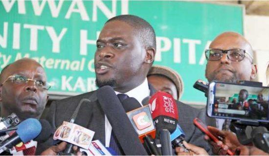 Seneta wa Nairobi Johnstone Sakaja akihutubia wanahabari punde baada ya kuzuru hospitali ya akina mama kujifungulia ya Pumwani juma lililopita. Picha/Martin Mukangu