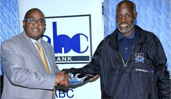 Meneja wa benki ya ABC Philip Wambua (kushoto) na Nicholas Muchami kutoka kijiji cha Kaganda Murang'a. Picha/MAKTABA