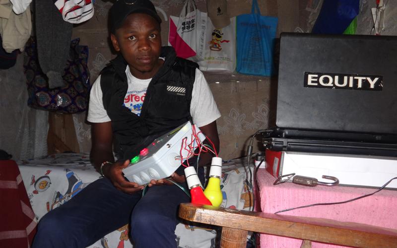 TEKNOLOJIA: Kijana ajizatiti kutengeneza mtambo wa kuwasha na kuzima taa, ving'ora
