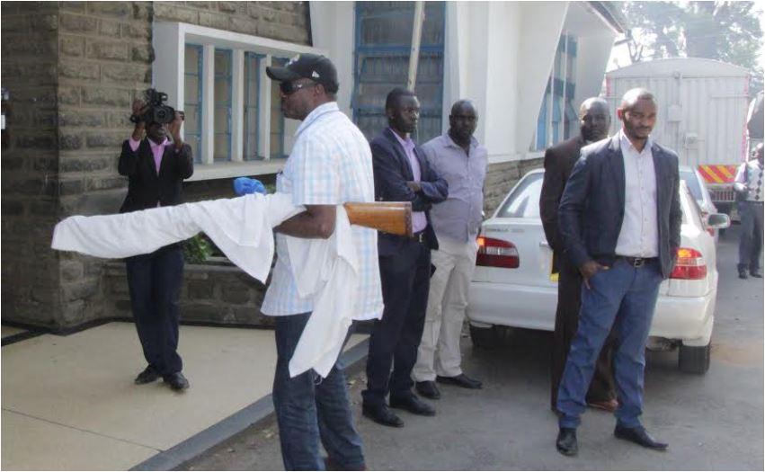 Ngunjiri asalimisha bunduki yake kwa polisi