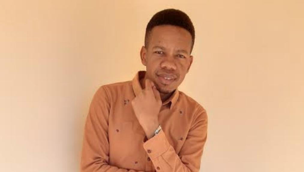 Ajizolea umaarufu kwa kutunga nyimbo za kisiasa